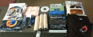 WordCamp Kyoto 2009 の景品がテーブルに並んでいます。